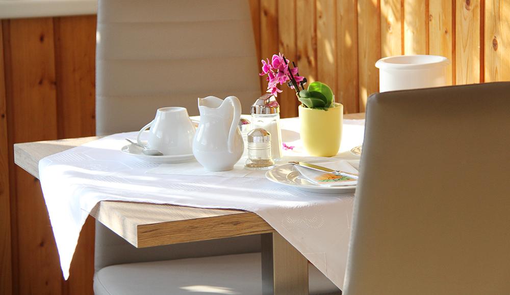 Gedeckter Frühstückstisch im Gästehaus Gerlinde