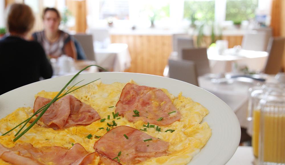 Frisch gemachtes Ham and Eggs zum Frühstück im Gästehaus Gerlinde