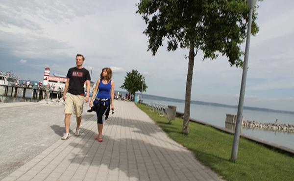 Paar auf der Strandpromenade in Podersdorf am See